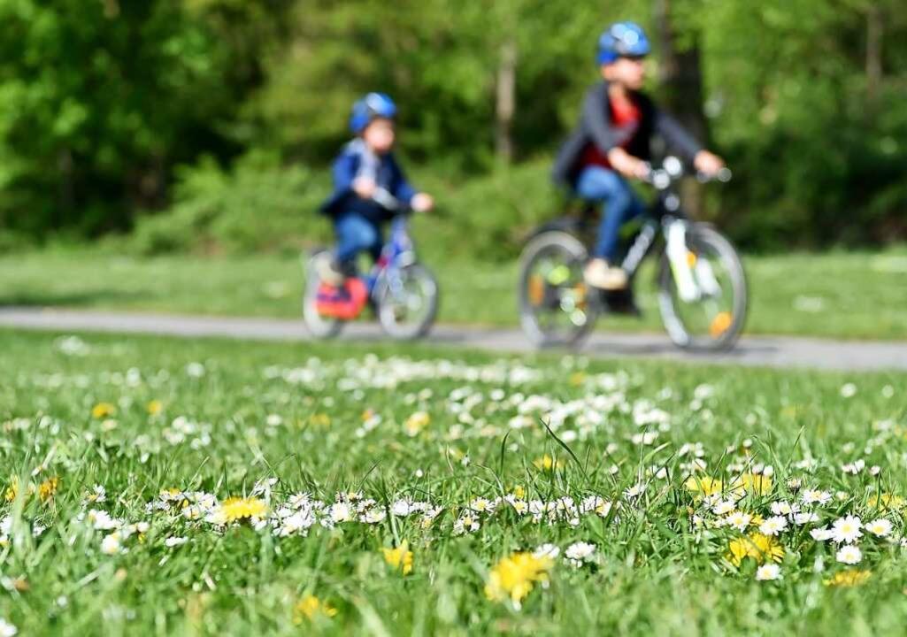 Auch Kinder können kurbeln – und... dabei haben, wenn die Strecke stimmt.  | Foto: Caroline Seidel (dpa)