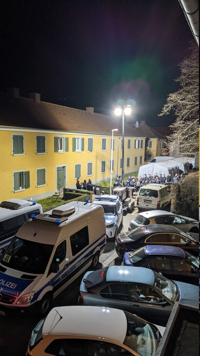 Die Szenerie in Haslach beim Polizeiei...fenbar um mehr als um Corona-Verstöße.    Foto: Privat
