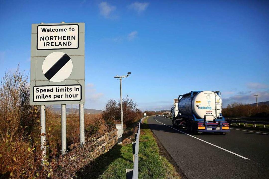 Ein Straßenschild mit der Aufschrift «...en Nordirland und der Republik Irland.  | Foto: Peter Morrison (dpa)