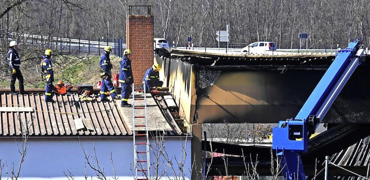 Mitarbeiter des THW bei den Sicherungsarbeiten an der abgebrannten Halle    Foto: Volker Münch