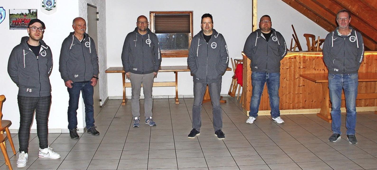 Das Team der Trainer und Betreuer bei ...oruppa und dem Vorsitzenden Uli Wetzel    Foto: Rolf-Dieter Kanmacher