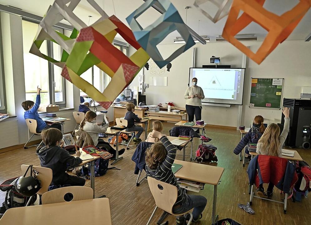 Endlich wieder in der Schule: Bei viel...en Präsenzunterricht im Wechsel groß.   | Foto: Peter Kneffel (dpa)