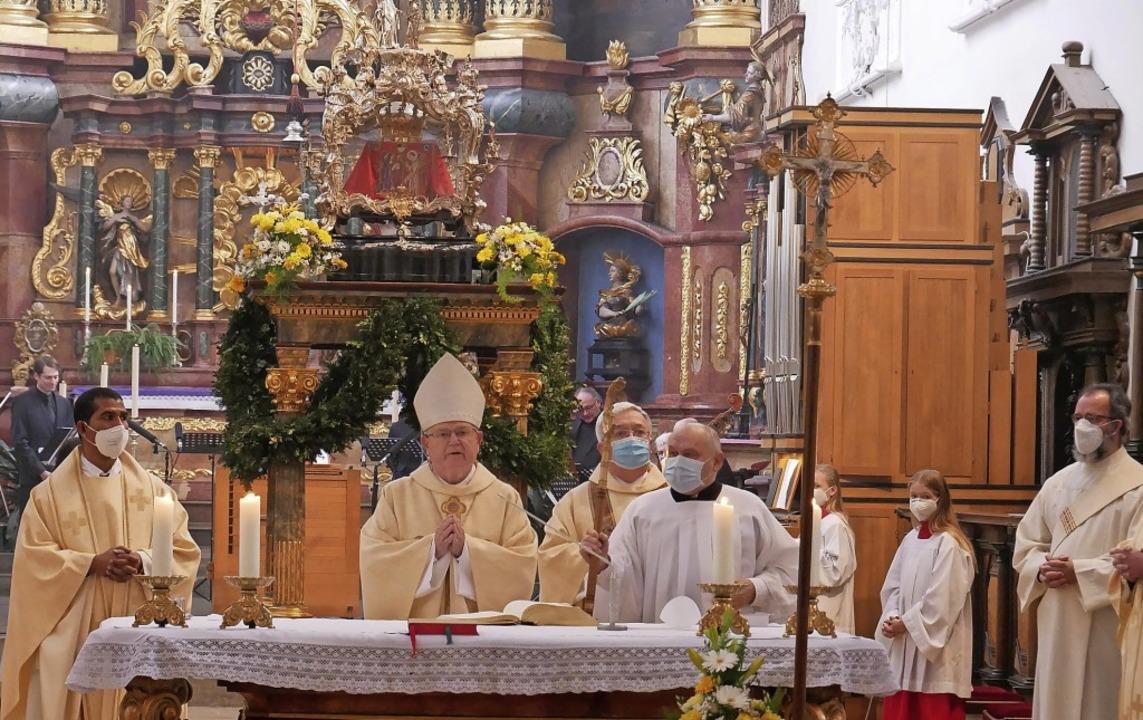 Weihbischof Johannes Kreidler war der ...t den Gebeinen des heiligen Fridolin.   | Foto: Michael Gottstein
