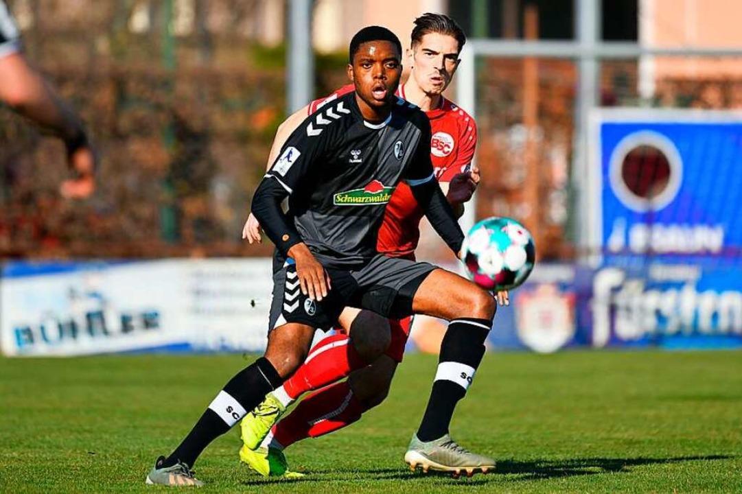 Der eingewechselte SC-Angreifer Junior Eyamba wird von Ylber Lokaj beschattet.  | Foto: Claus G. Stoll