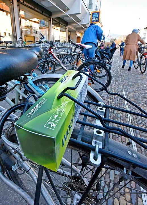 Eine Kundin schnallte die heiß begehrt...transport auf den Fahrradgepäckträger.    Foto: Michael Bamberger