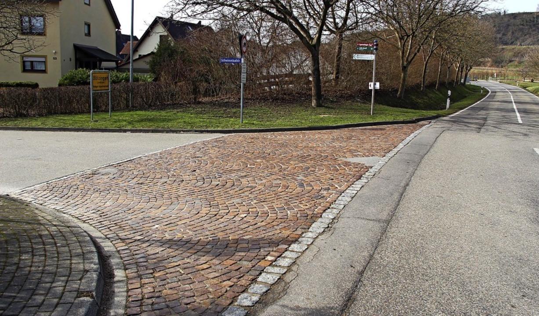 Der marode Pflasterbelag an der Ortsei...mbadstraße wird durch Asphalt ersetzt.  | Foto: Horst David