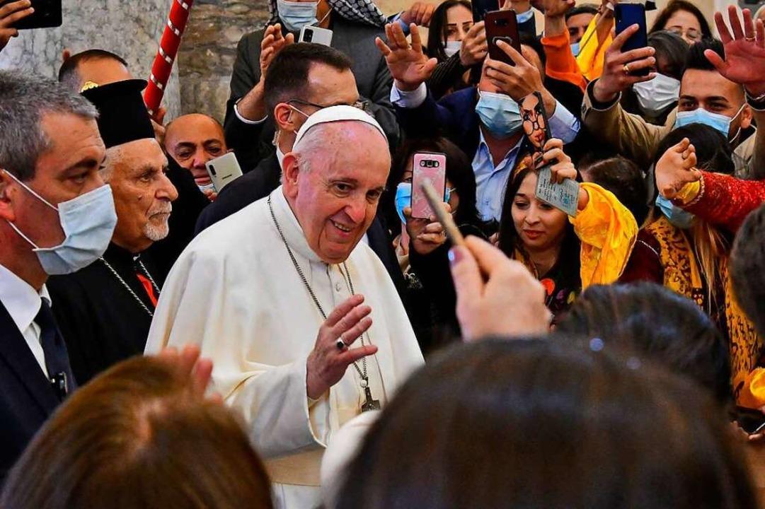 Papst Franziskus wird begeistert  von ...r irakischen Provinz Ninive empfangen.  | Foto: VINCENZO PINTO (AFP)