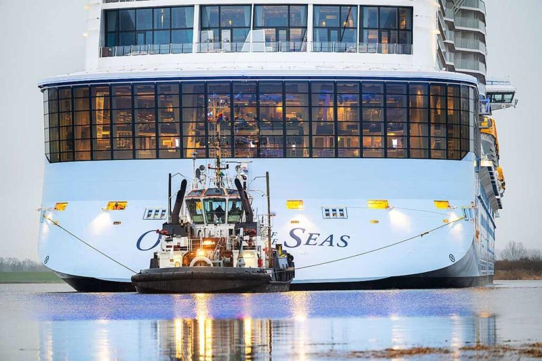 Die Odyssey wird über die Ems in Richtung Nordsee überführt.  | Foto: Mohssen Assanimoghaddam (dpa)