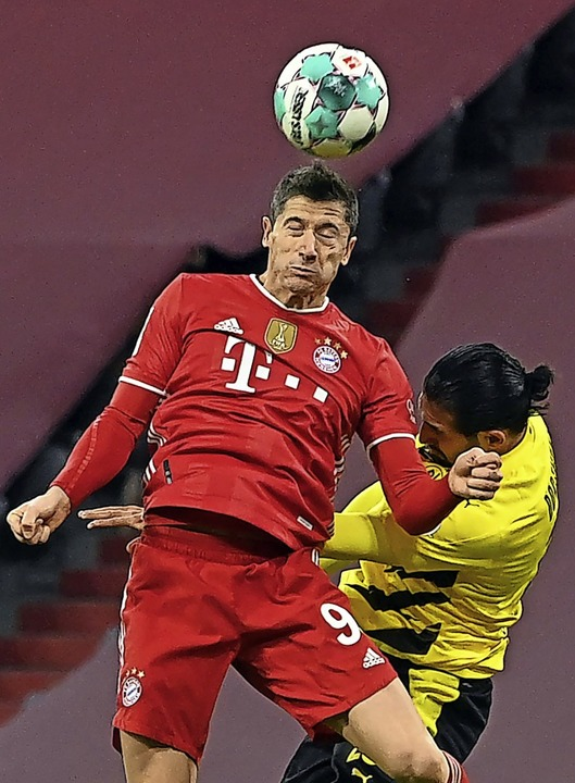 Robert Lewandowski (links) im Duell mit dem Dortmunder Emre Can  | Foto: Sven Hoppe (dpa)