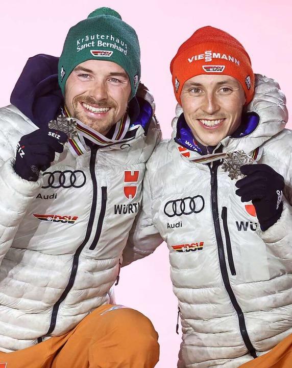 Fabian Rießle (links) gewinnt zum Absc...tnau kehrt mit zwei WM-Medaillen heim.  | Foto: Karl-Josef Hildenbrand (dpa)