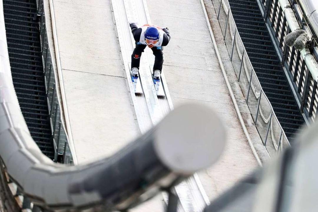Der Oberrieder Manuel Faißt darf immer...anze starten. Er belegt dort Platz 19.  | Foto: Daniel Karmann (dpa)