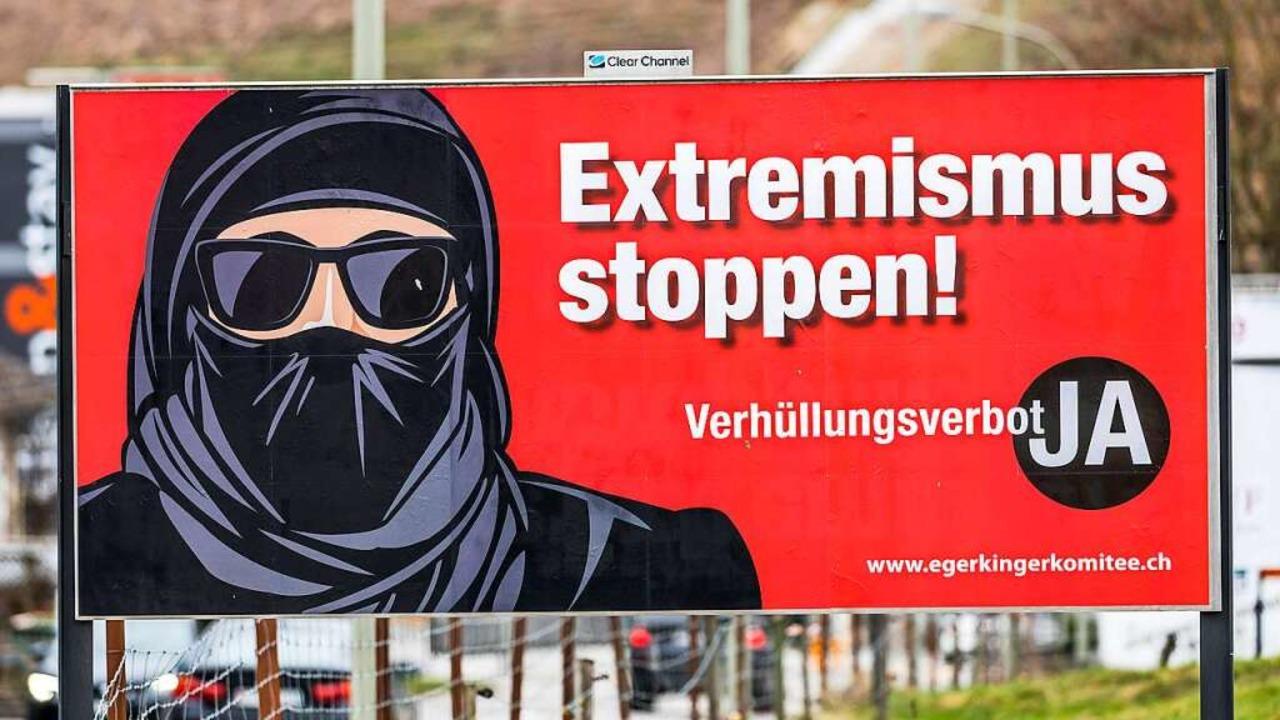 Ein Plakat im schweizerischen Eglisau ...rung eines Vollverschleierungsverbots.    Foto: Andreas Haas (imago-images.de)