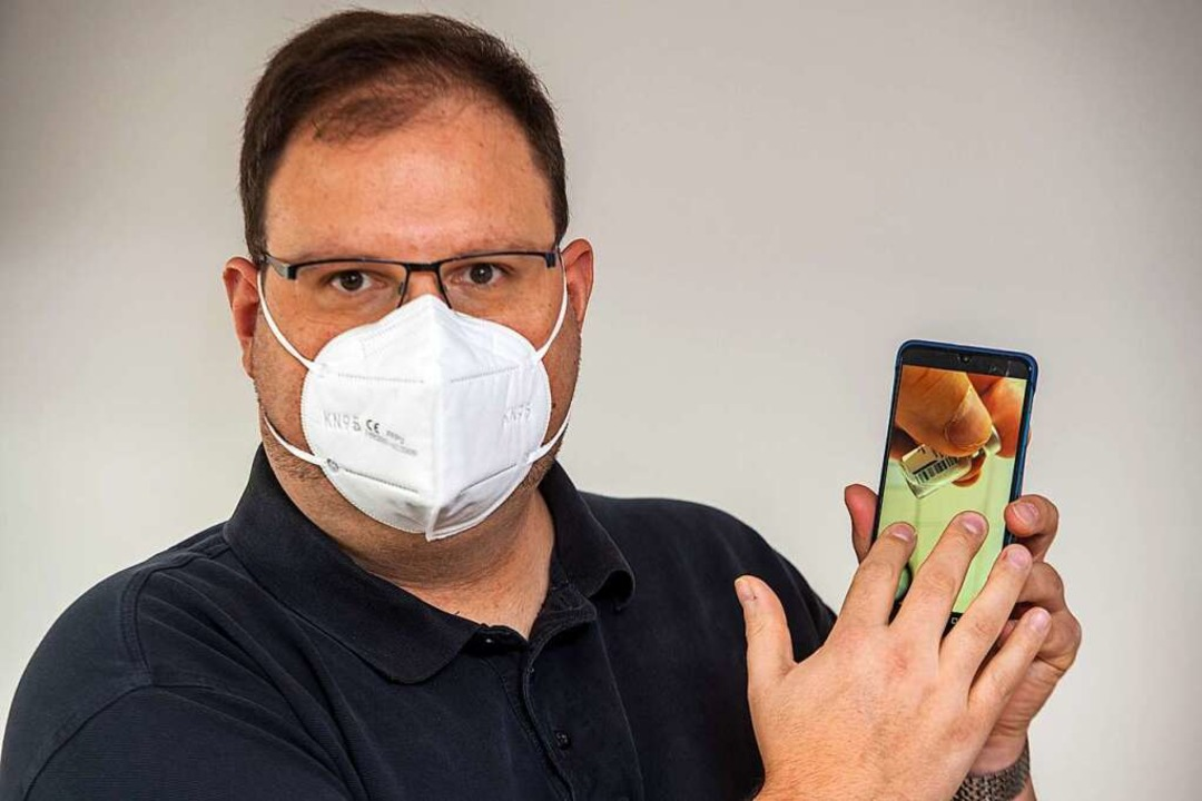 Allgemeinarzt Christian Kröner zeigt a...oto einer Ampulle mit Impfstoffresten.  | Foto: Stefan Puchner (dpa)