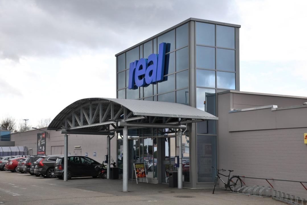Das blaue Real-Logo wird bald durch ro...iale in der Offenburger Straße in Lahr    Foto: Christoph Breithaupt