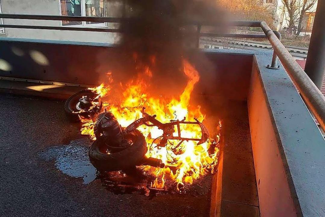 Durch ihren Einsatz verhinderte die Fr...Parkdeck ein Übergreifen der Flammen.   | Foto: Freiwillige Feuerwehr Wehr