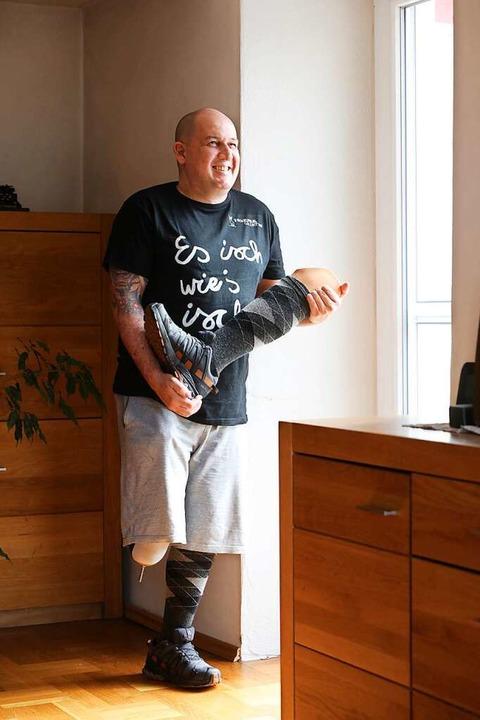 """""""Es isch, wie's isch&#8220... Michael Zimmermann auf einem T-Shirt.    Foto: Christoph Breithaupt"""