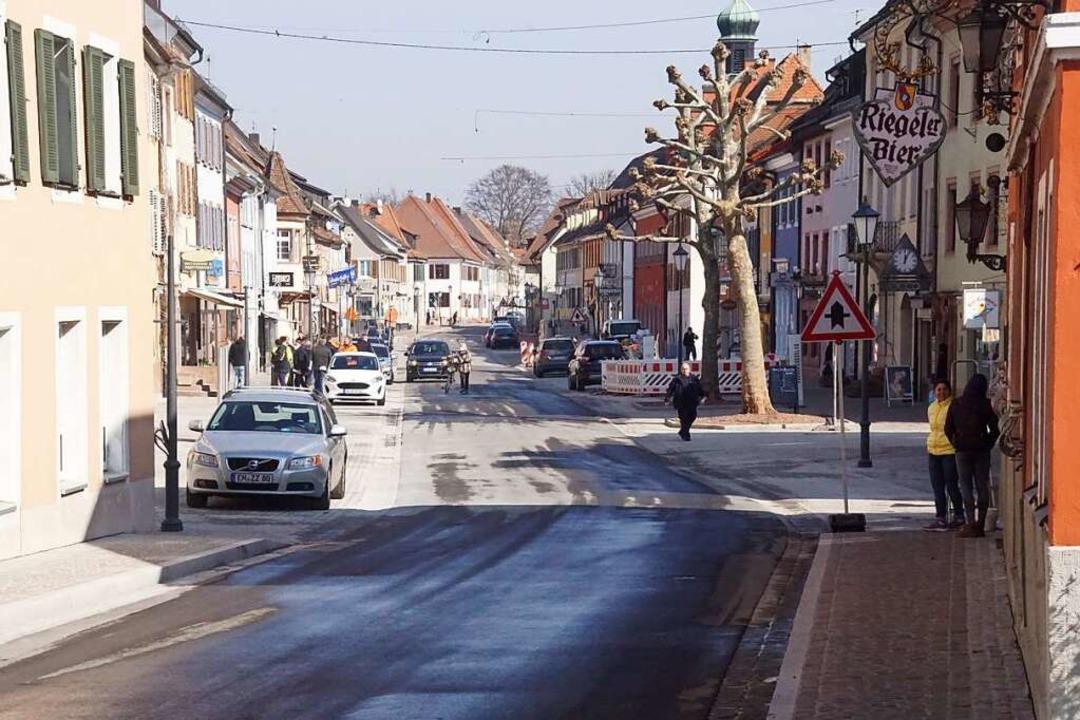 Am Montagmorgen wurde Kenzingens neugestaltete Hauptstraße fein gemacht.    Foto: Ilona Huege