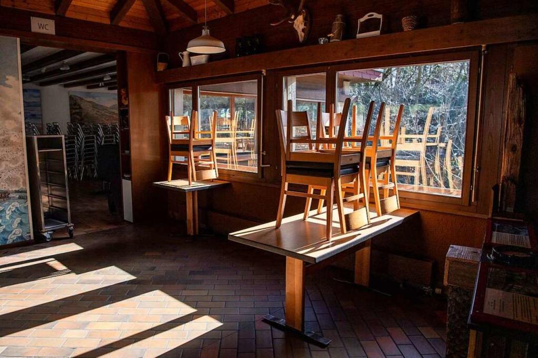Stühle stehen gestapelt auf Tischen.  | Foto: Urs Flueeler (dpa)