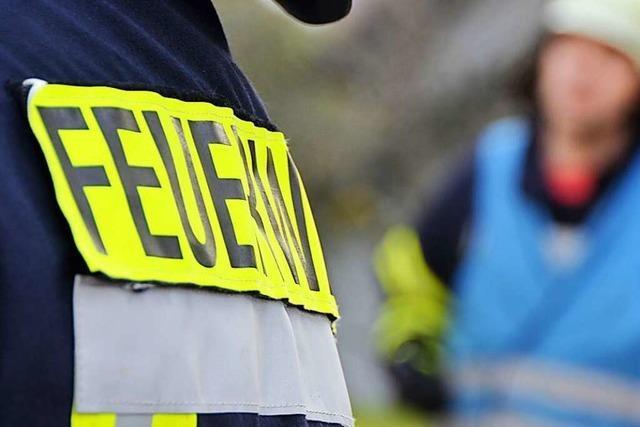 Einsatz der Feuerwehr: Papiercontainer in Buchheim brennt