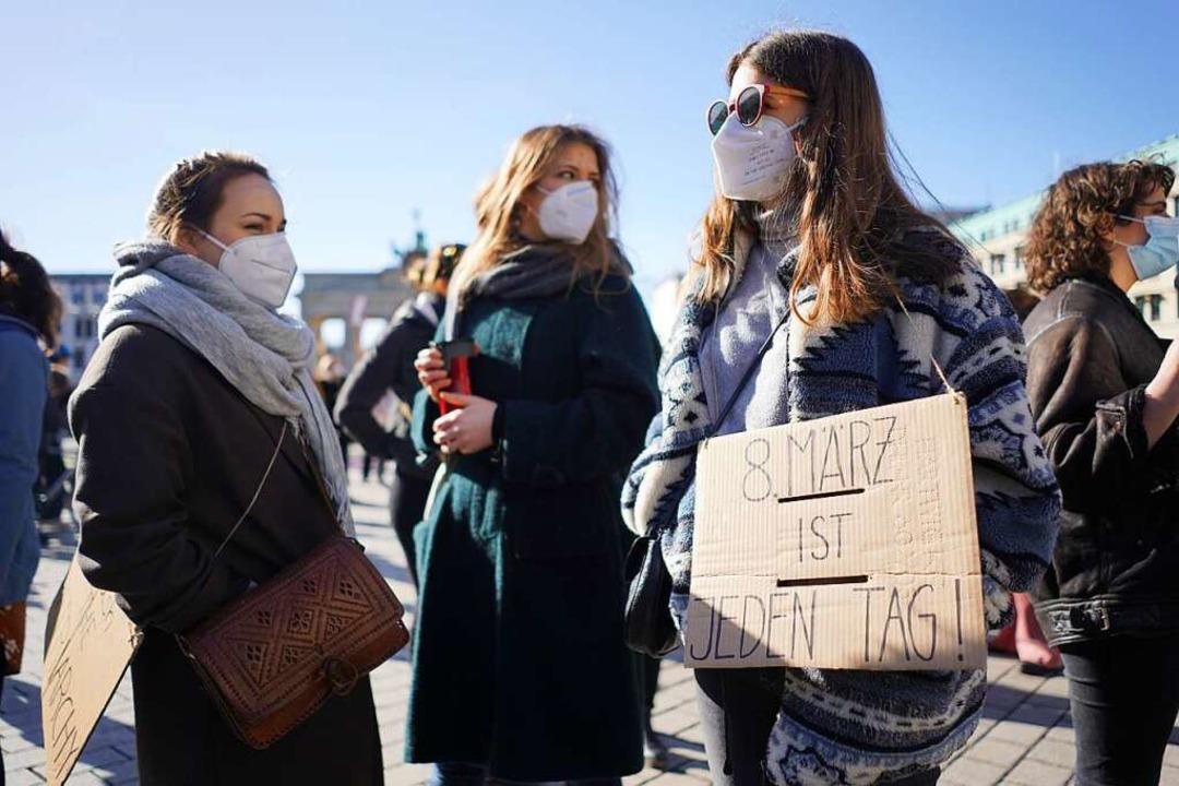 Am internationalen Frauentag protestie...r Leben in der Pandemie verändert hat.    Foto: Jörg Carstensen (dpa)