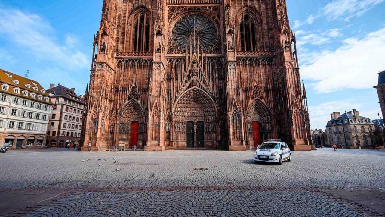 Vor einem Jahr war der Platz um das St... – trotz hoher Infektionszahlen.  | Foto: PATRICK HERTZOG (AFP)