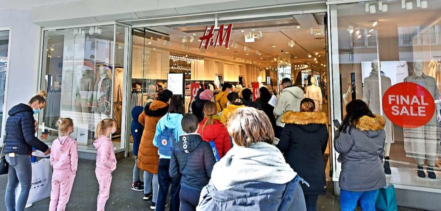 Vor der H&M-Filiale an der Kaiser-...aße bildete sich eine Kunden-Schlange.  | Foto: Michael Bamberger