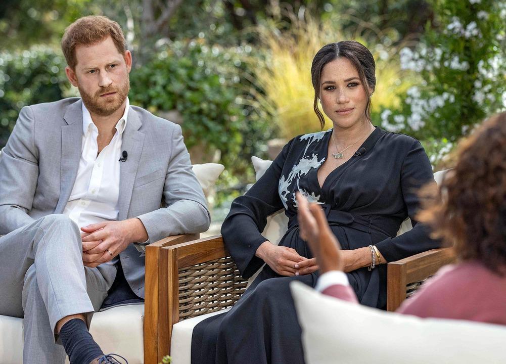 Nur die Queen kam recht gut weg beim I...an (Mitte) und Harry mit Oprah Winfrey  | Foto: JOE PUGLIESE (AFP)