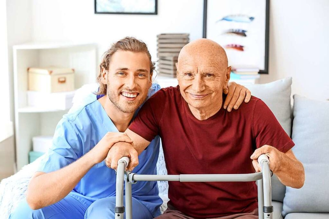 Der Kontakt mit älteren Menschen kann Freude bereiten.    Foto: Pixel-Shot (stock.adobe.com)
