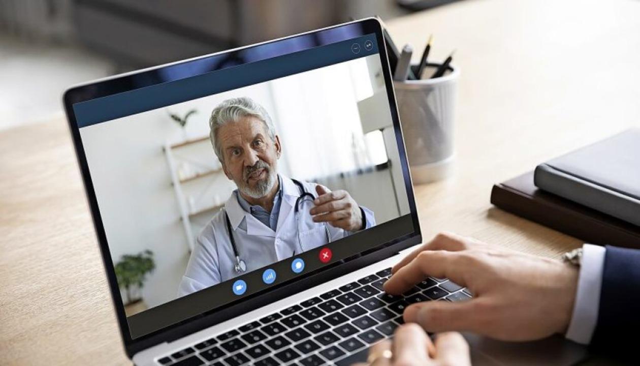 Wer nicht in die Arztpraxis gehen möch...n seinen Arzt auch per Video befragen.    Foto: fizkes (stock.adobe.com)