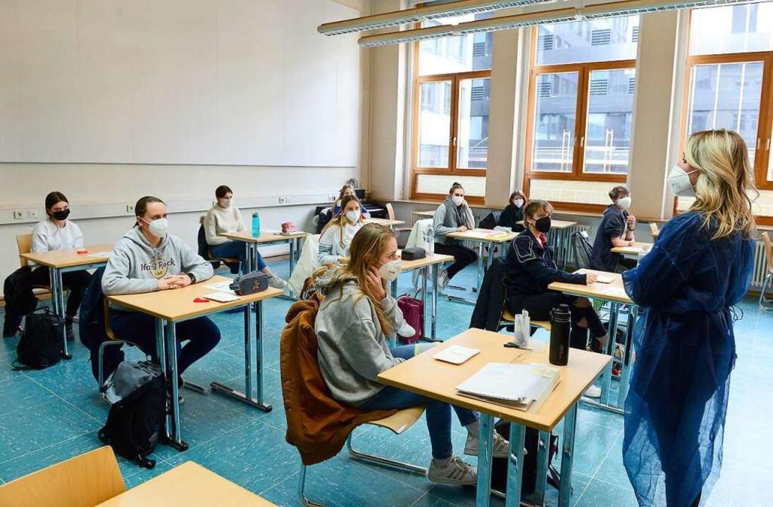 Alisa Umhauer erklärt den Schülerinnen die Verwendung der Corona-Selbsttests.    Foto: Ingo Schneider