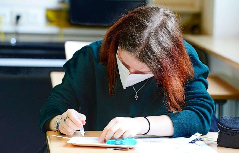 Ein Schülerin wendet einen Selbsttest an.    Foto: Ingo Schneider