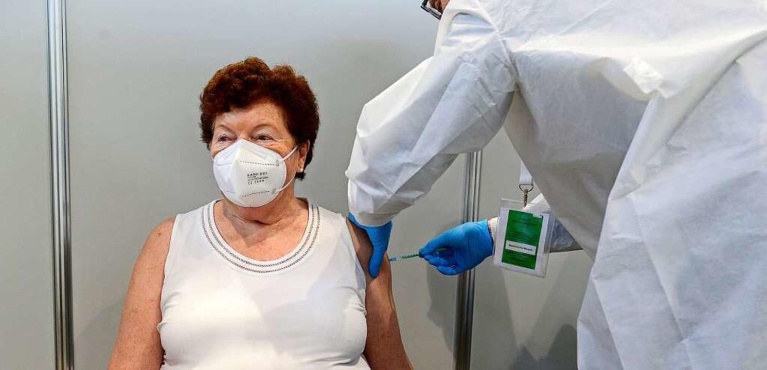 In einer Impfkabine des ZIZ Freiburg wird eine Patientin gegen Corona geimpft.  | Foto: Ingo Schneider