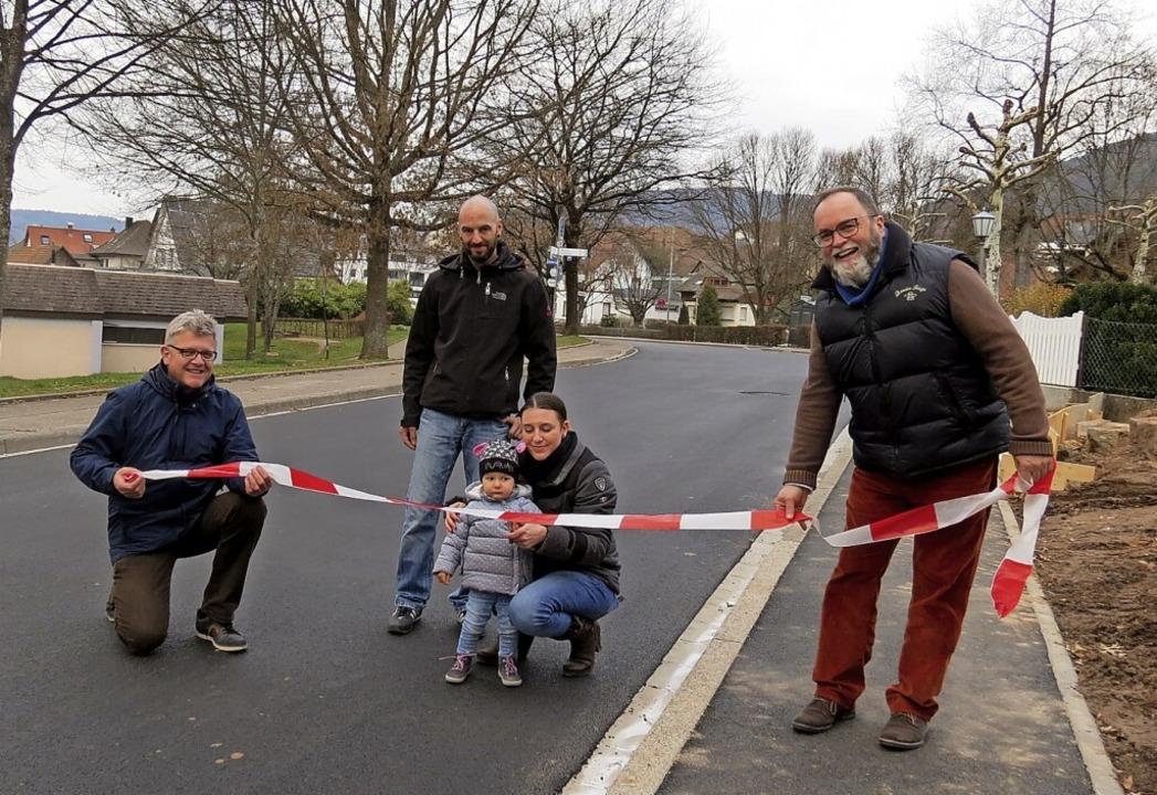 Emilia Richter und ihre Eltern durchsc... Bauamtsleiter Rainer Walter (links).     Foto: Gemeinde Seelbach