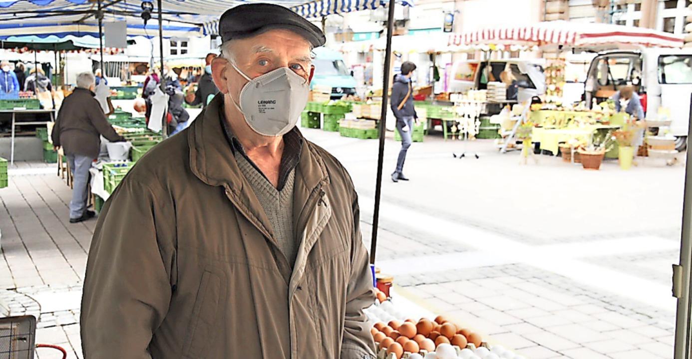 Gerhard Brombacher verkauft seit mehr ...ügel auf dem Schopfheimer Wochenmarkt.  | Foto: Nicolai Kapitz