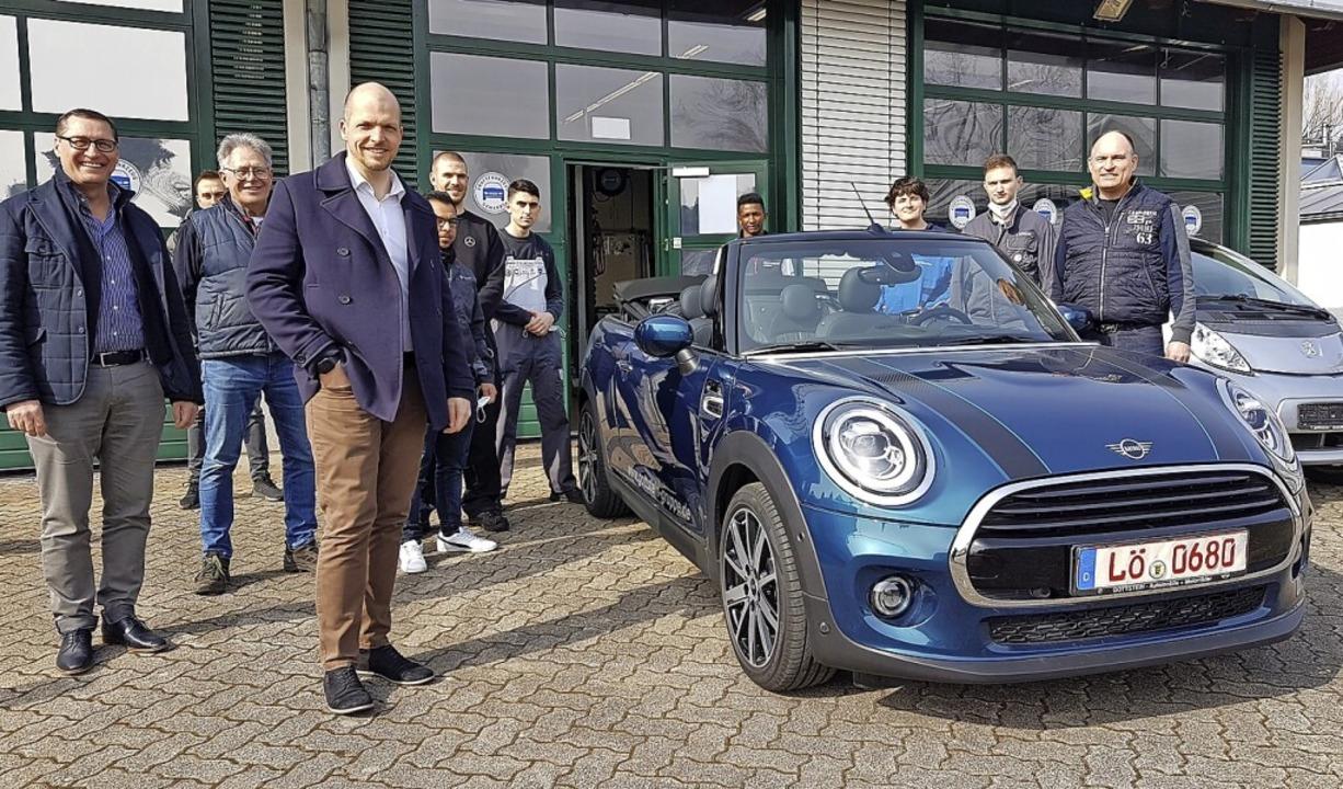 Der BMW-Konzern spendet der Gewerbe Akademie einen Mini Cooper  | Foto: Gerald Nill