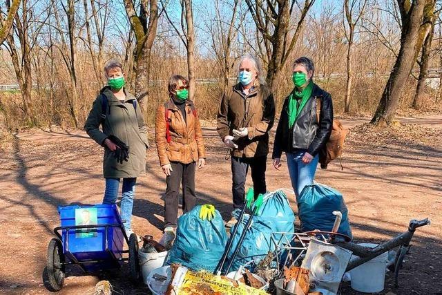 Freiwillige sammeln Müll bei den Isteiner Schwellen ein