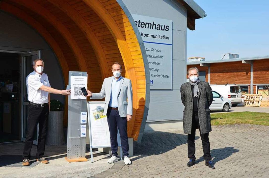 Jérôme Drach (links) und Achim Meyer (...llten Felix Fischer ihre Produkte vor.  | Foto: Felix Lieschke