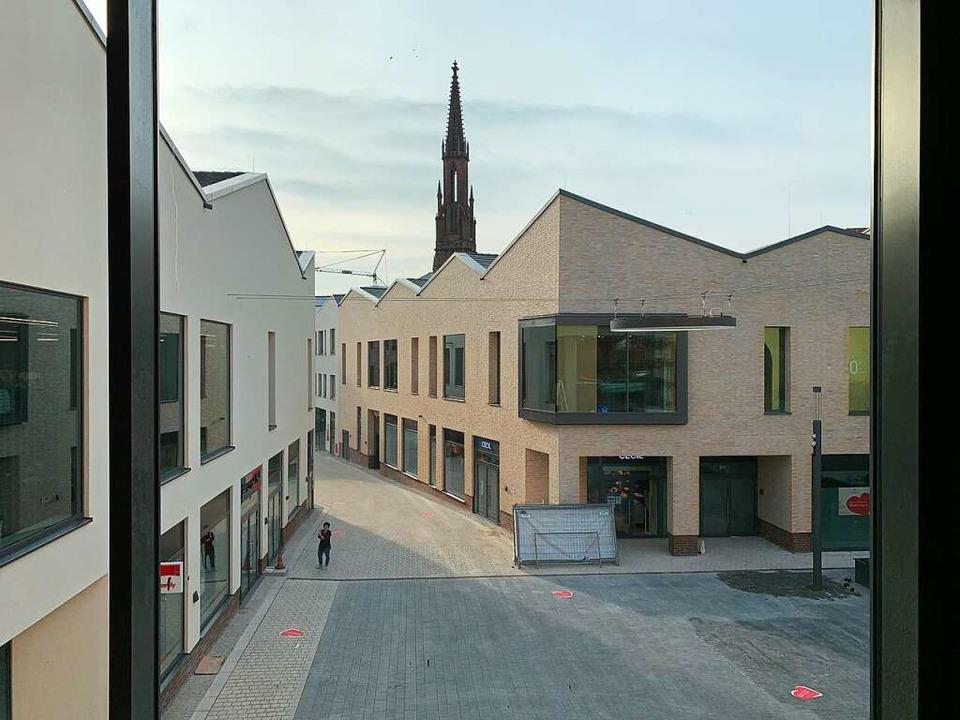 Gegenschuss: Blick über den Quartiersp...wo die evangelische Stadtkirche grüßt.  | Foto: Helmut Seller