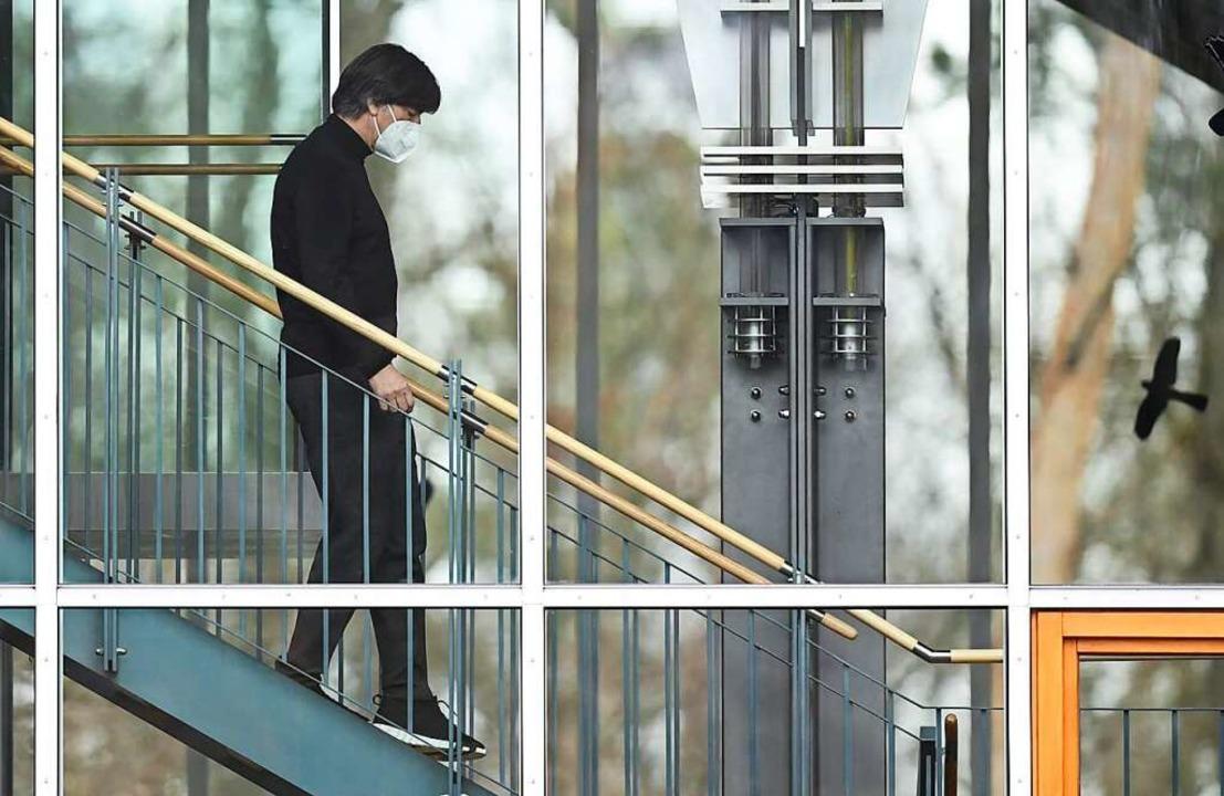 Joachim Löw auf dem Weg zur Pressekonferenz, auf der er seinen Rückzug erklärt.  | Foto: Arne Dedert (dpa)