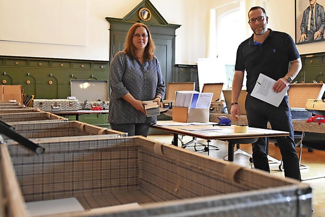 Daniela Wieburg und Marcus Krispin inmitten der Wahlzettelkoffer im Rathaussaal.  | Foto: Nicolai Kapitz