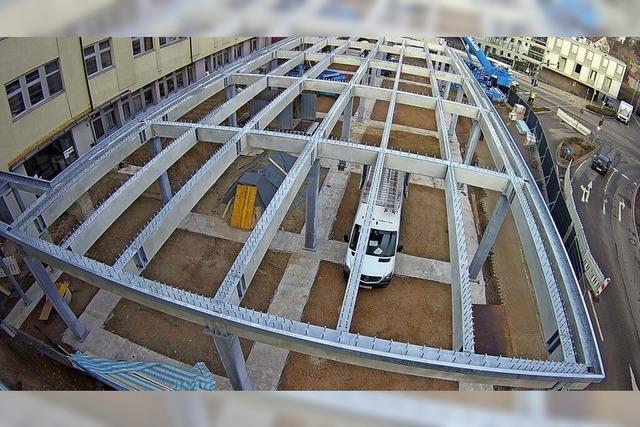 Stählernes Gitternetz vorm Klinikum