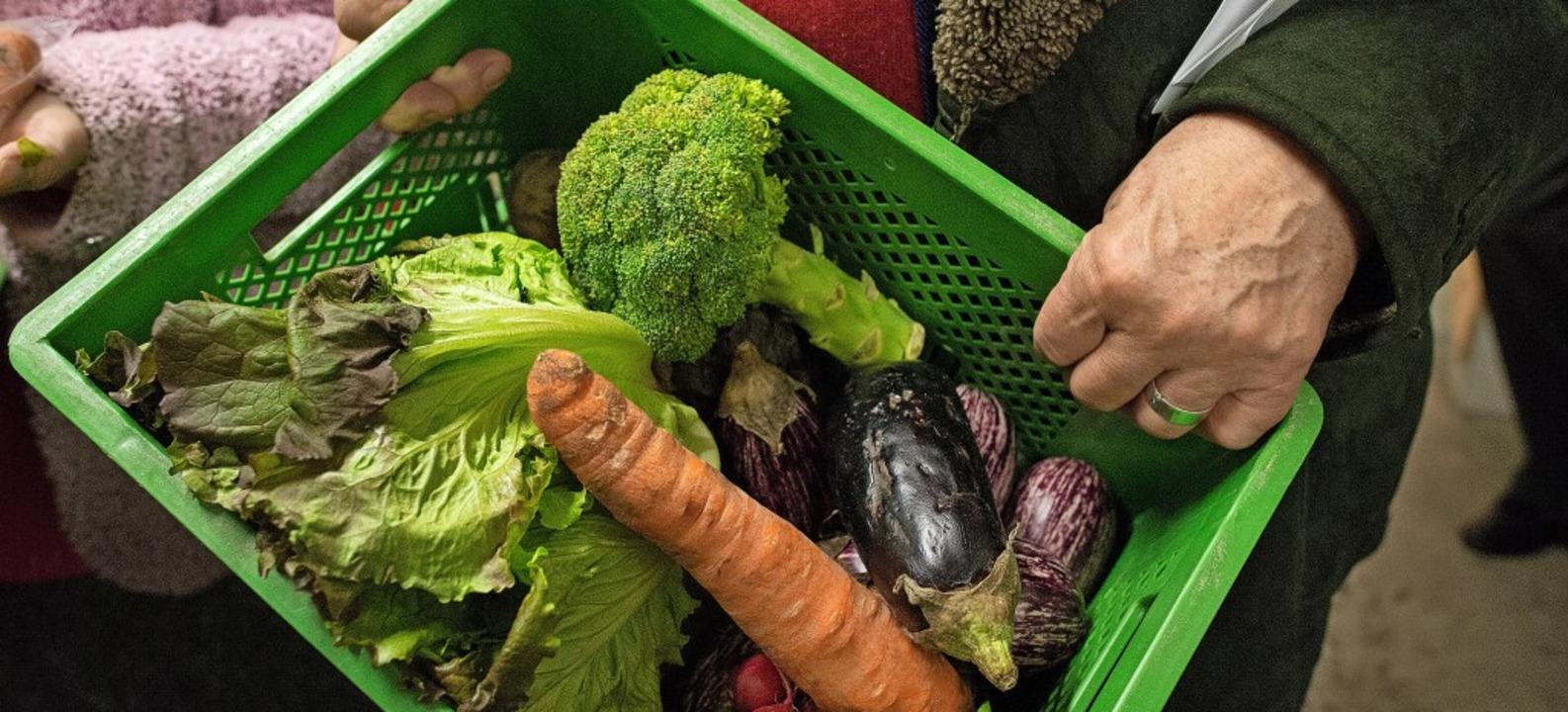 Aussortiertes Gemüse und andere Lebens... und an andere Essensretter verteilen.  | Foto: Matthias Balk
