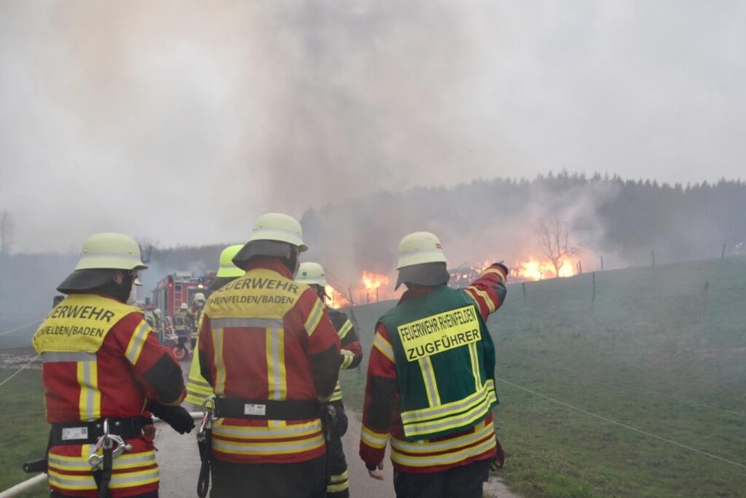 Die Feuerwehr ist im Einsatz.  | Foto: Horatio Gollin