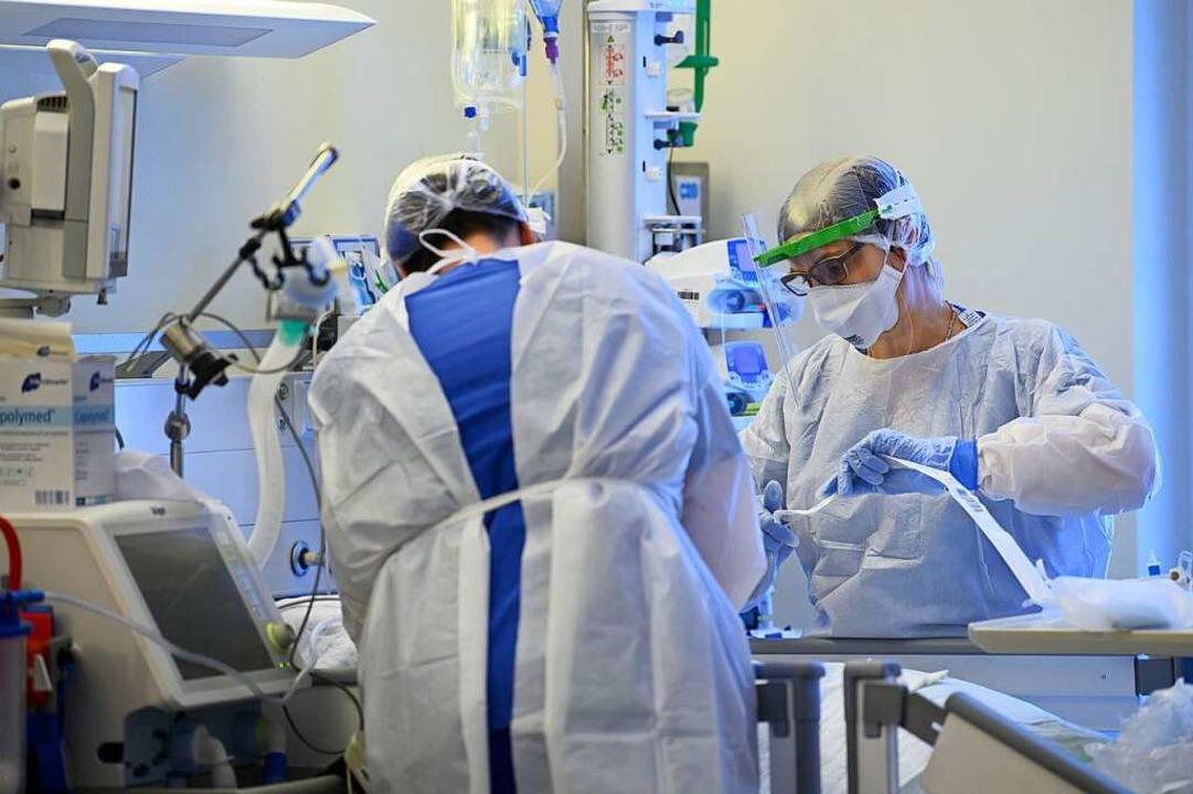 In den Basler Kantonen gibt es nur noch wenige Intensivpatienten.  | Foto: Robert Michael (dpa)