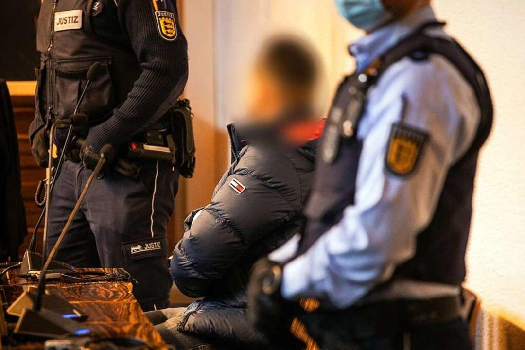 Einer der Angeklagten am Donnerstag in...richtssaal des Freiburger Landgerichts  | Foto: Philipp von Ditfurth (dpa)