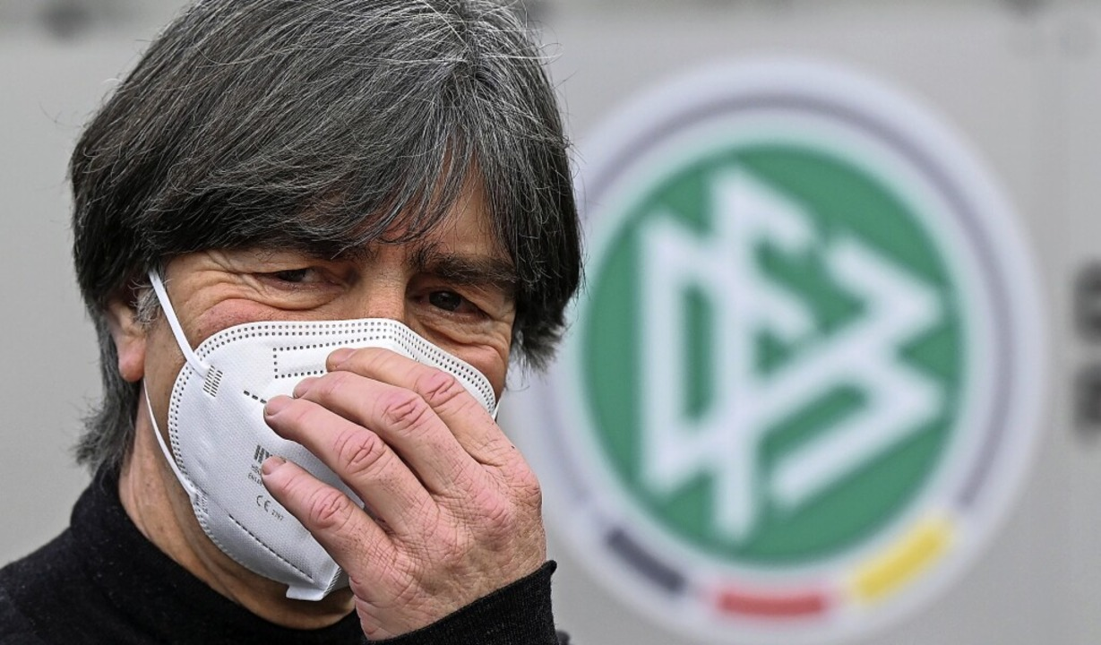 Joachim Löw vor der DFB-Zentrale – natürlich mit Maske  | Foto: Arne Dedert (dpa)