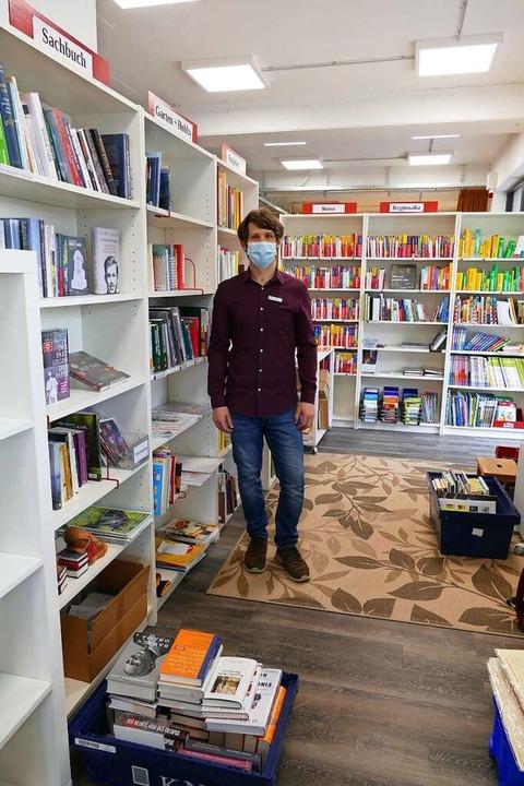 In der Buchhandlung Merkel: Verkäufer ...sweichfläche für die Dauer des Umbaus.  | Foto: Dora Schöls