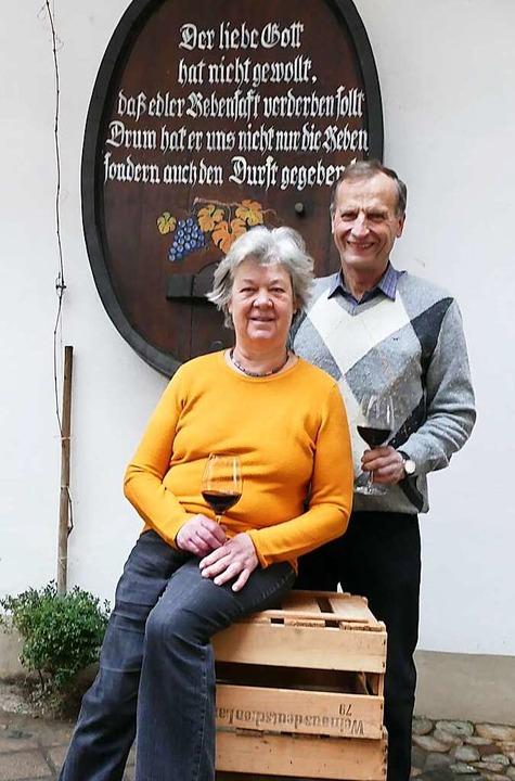 Gisela und Hubert Lay haben ihren Betr...er nach wie vor gerne  im Weingut mit.  | Foto: Gerold Zink