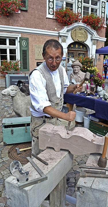 Steinmetz Werner Grüninger bei der Arbeit auf dem Marktplatz 2016.  | Foto: Liane Schilling