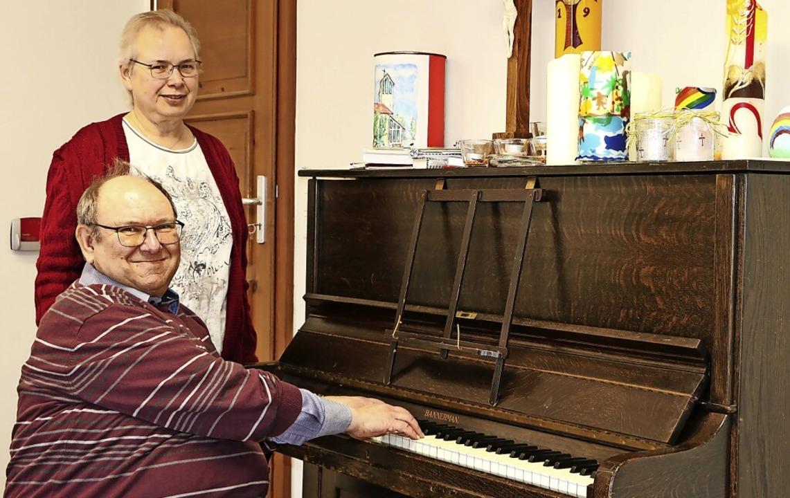 Das evangelische Pfarrerpaar Ina und M... Besuche bei Senioren im Altenzentrum.  | Foto: Martha Weishaar